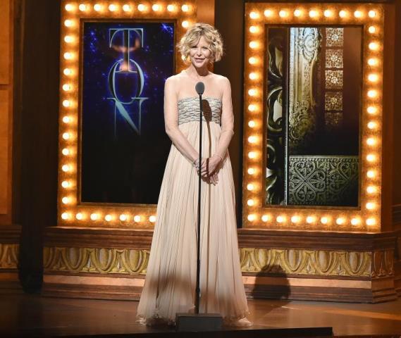 O tecido do vestido também não ajudou e os braços da atriz parecem enrugados