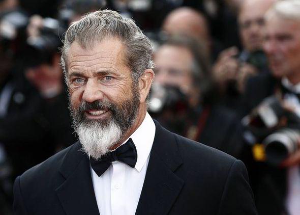 Num look Papai Noel, Gibson apareceu no Festival de Cannes de 2014