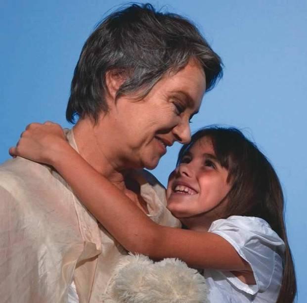 Vovó Vivi (Selma Egrei) e sua neta (Pietra Pan) na peça Menina Nina: a adaptação do livro de Ziraldo