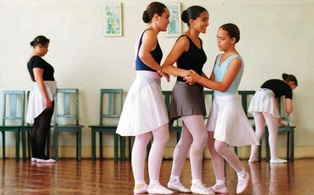 Meninas cegas durante ensaio do grupo de balé clássico do Instituto de Cegos Padre Chico