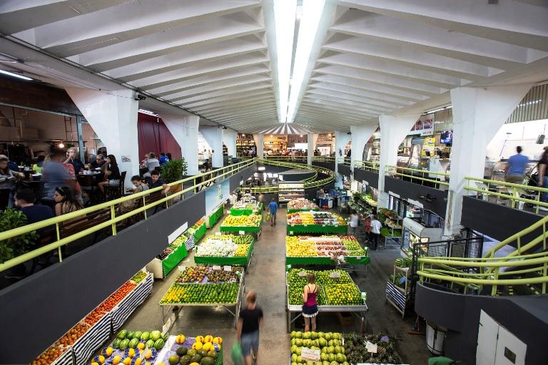 Vista do mercado:  frutas, legumes, farinhas e carnes convivem com as novidade