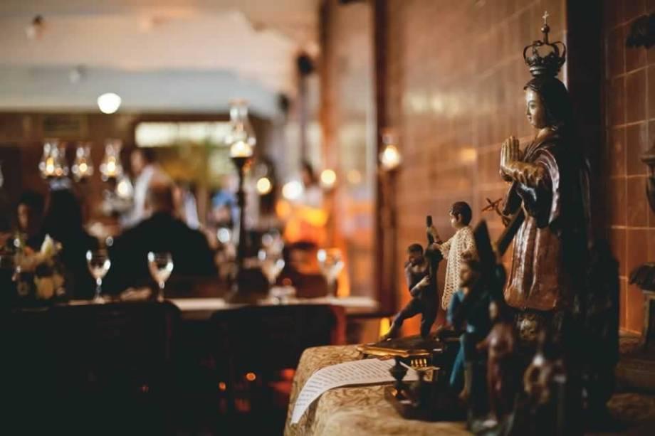 Imagens religiosas no salão onde é servido o brunch