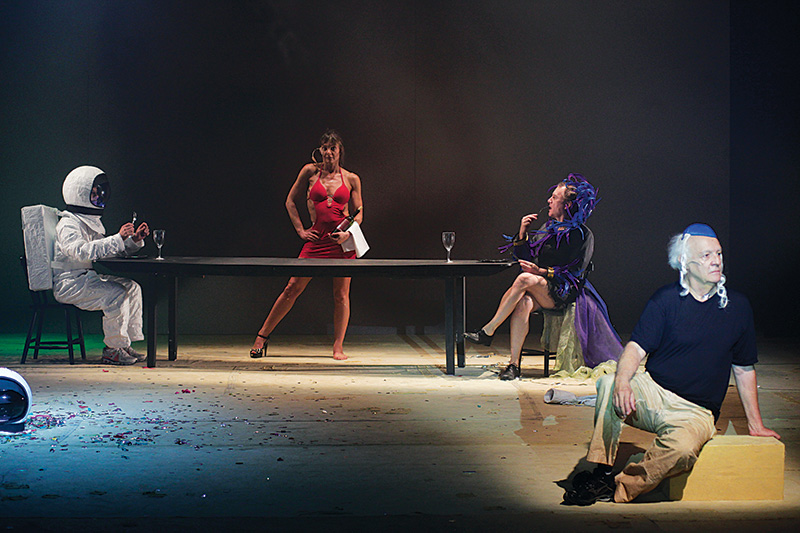 Maria, Botelho e Ney, junto de um boneco: fiapo de dramaturgia