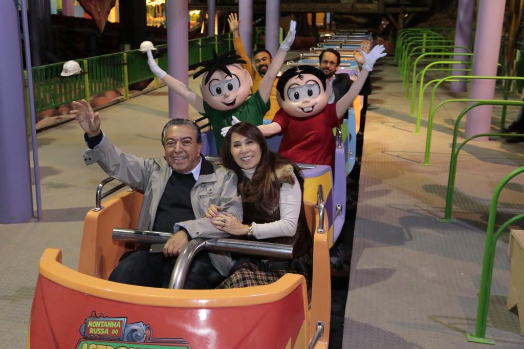 Mauricio de Sousa e sua esposa, Alice Takeda: na montanha-russa do Astronauta no novo Parque da Mônica