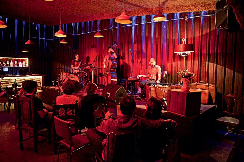 O salão com palco: apresentações de bandas alternativas