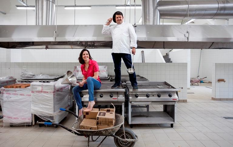 Reforma na cozinha: Mirna com Valero durante as obras (Fotos: divulgação)