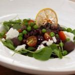 Trio para o almoço: salada de  arroz, legumes, queijo e ervas