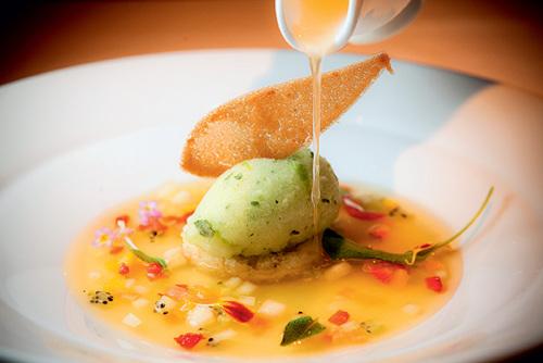 Mimo: sobremesa singular composta de cubos de hortaliças e frutas frescas com sorbet de maçã regado por consomê de pêssego (Foto: Lucas Limas)