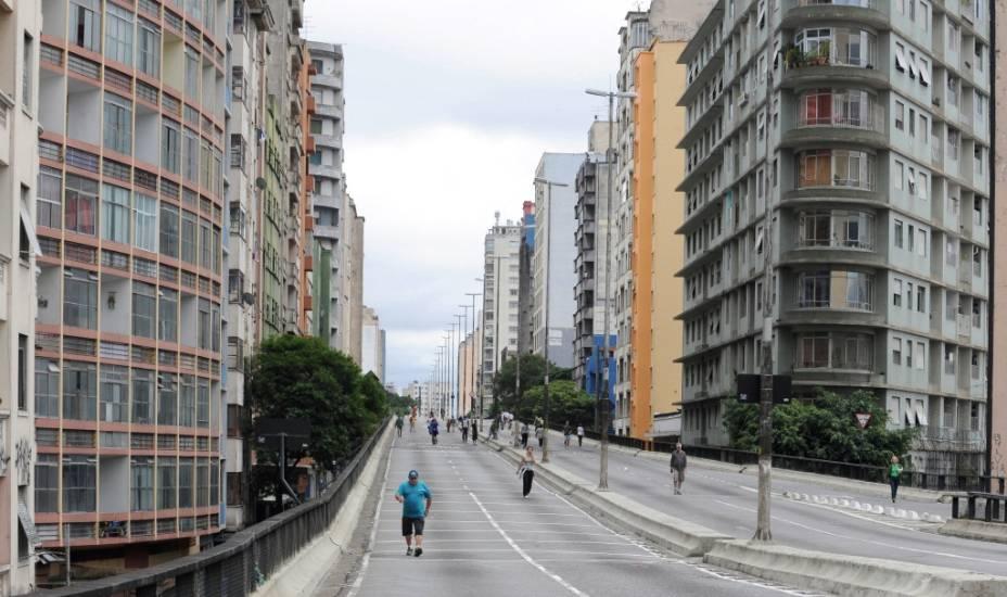 Minhocão no domingo pela manhã, sem trânsito, no centro de São Paulo