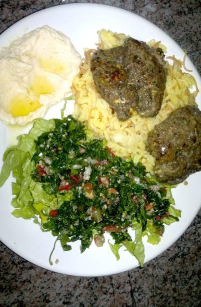 Mix Al Basha leva arroz sírio, tabule, homus, cafta e carne temperada