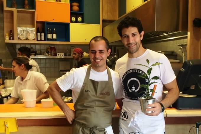 O chef Alex Gomes com Oliveira: é ele quem cuida da cozinha do café (Fotos: Horst Kissmann)