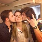 Que dupla: Martin e Mohamad emparedando Cecilia com beijos