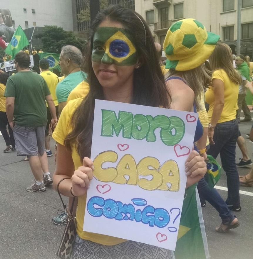 """Eva Farah decidiu protestar pedindo o juiz federal Sérgio Moro em casamento e disse: """"Sergio Moro é a referência do que um homem deveria ser nesse país"""" (Foto: Veja São Paulo)"""