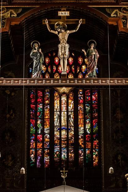 O vitral atrás do altar da igreja do Mosteiro de São Bento, cujo desenho representa a assunção da Virgem Maria aos céus