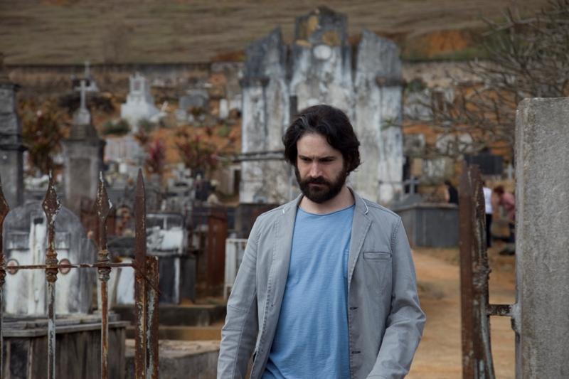 Caco Ciocler em Meu Pé de Laranja Lima: ator interpreta Zezé na fase adulta
