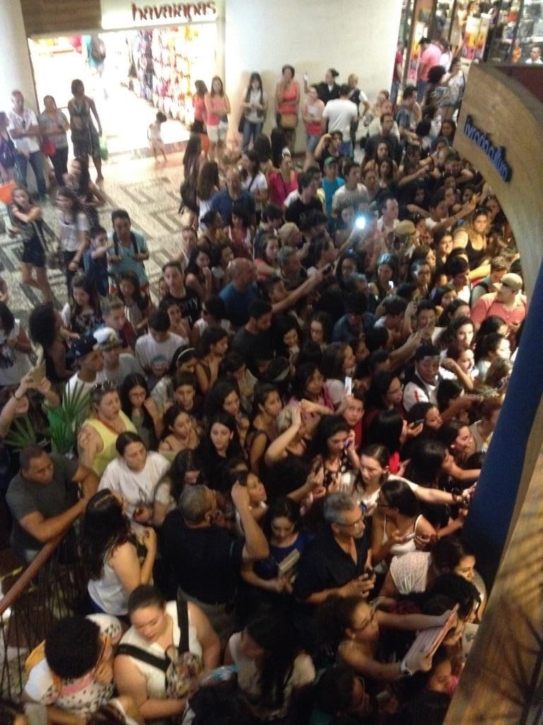 Multidão que não pegou a senha (Foto: Anderson Santiago)