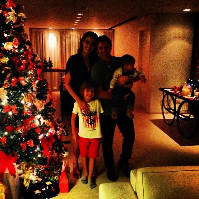 Murilo Rosa e Fernanda Tavares, com os filhos, desejaram Feliz Natal aos fãs