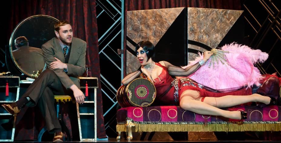 Claudia Raia e Guilherme Magon como a dançarina Sally Bowles e o escritor Cliff Brad Shaw na versão brasileira do musical Cabaret