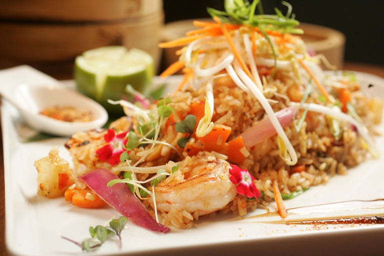 Wok de camarão com abacaxi e arroz de jasmim frito: um dos pratos mais pedidos (Foto: Fernando Moraes)