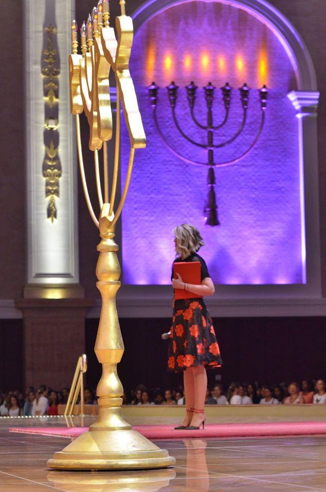 A filha de Edir Macedo prega no Templo de Salomão