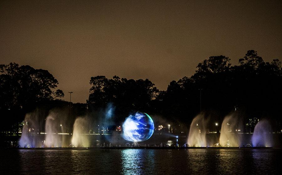Representação da Terra é projetada nas águas da fonte multimídia do Ibirapuera