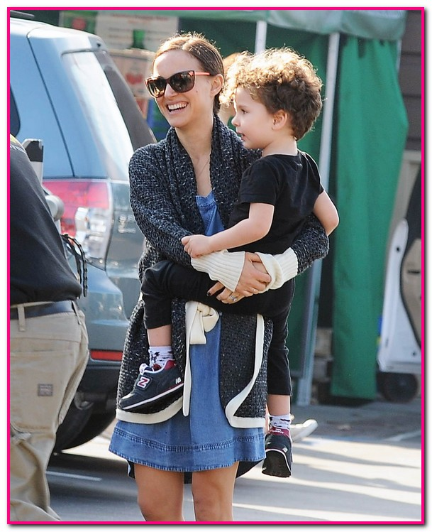 Natalie Portman carrega docemente nos braços o fofo Aleph