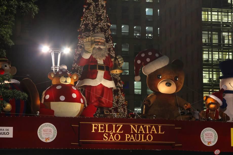 Papai Noel: boneco gigante tem 10 metros de altura