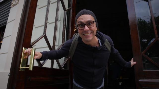 Alexandre Nero na porta do Theatro São Pedro, onde ocorreram as filmagens de 'João'