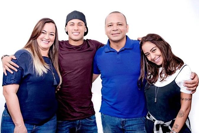 Neymar ao lado dos pais e da irmã: primeiro comercial em família (Foto: Divulgação)