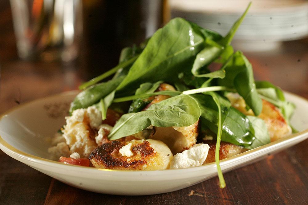 Nhoque dourado com rúcula: receitas italianas em pequenas porções