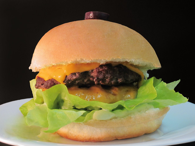 Night Train: dois hambúrgueres, cheddar, cebola na chapa, alface, tomate, azeitona preta e maionese da casa