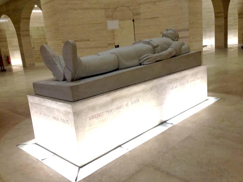 Ao centro da obra fica uma espécie de guardião onde estão sepultados Martins, Miragaia, Dráuzio e Camargo, estudantes mortos durante a Revolução de 1932, que deram origem à sigla M.M.D.C.
