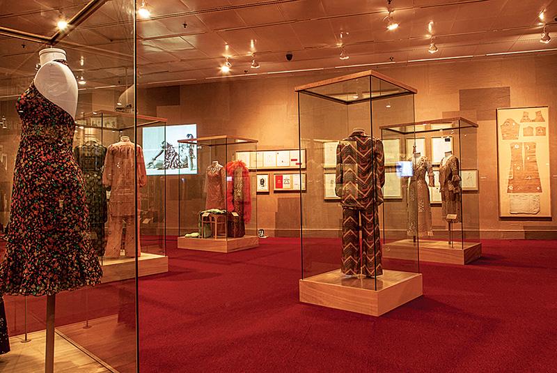 Sala dedicada à carreira da estilista: a seleção reúne 400 itens