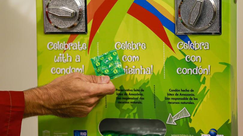 Uma das máquinas de camisinhas da Vila Olímpica