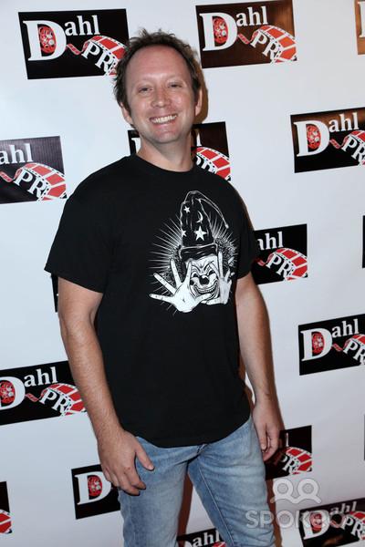 Oliver Robins também é diretor de longas-metragens
