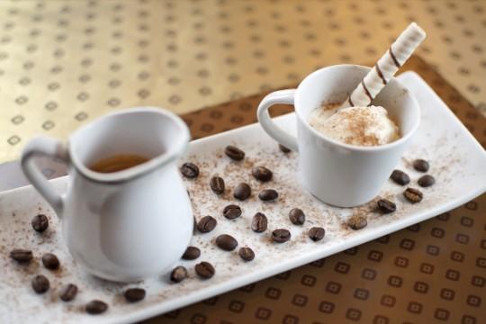 Escafandro: drinque à base de expresso com sorvete de creme, chocolate em pó, canudinho de waffer e licor Baileys, servido no Oscar Café