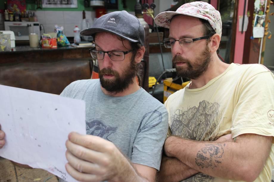 Irmãos trabalhando durante montagem da mostra