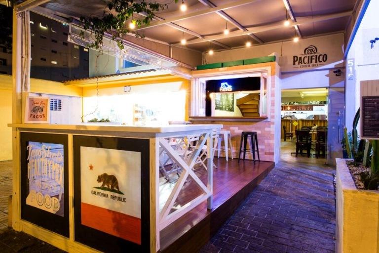 Deck: entrada agradável do pequeno restaurante