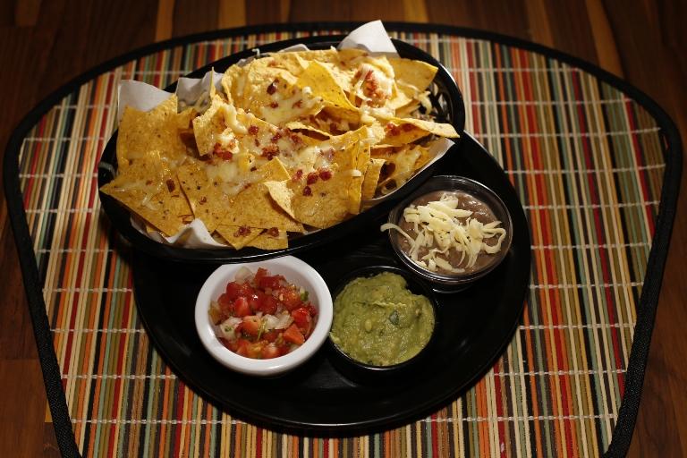 Os clássicos nachos: vinagrete, guacamole e pasta de feijão para acompanhar