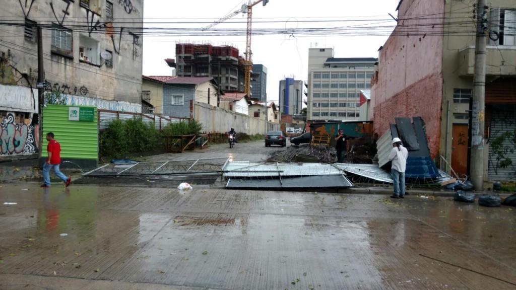 Rua Paes Leme: na via de Pinheiros, estruturas metálicas cairam por conta da chuva
