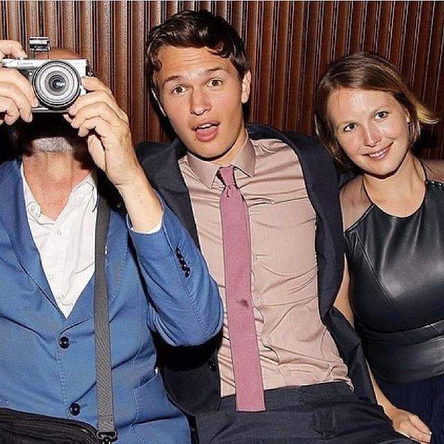 A alegria do ator numa foto ao lado do pai (com a câmera) e a irmã