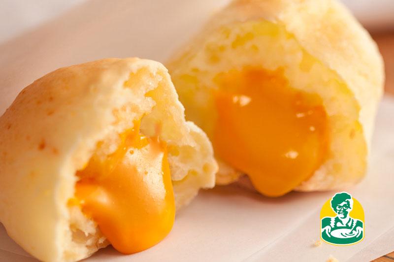 Pão de queijo recheado de cheddar