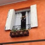 Detalhes na janela: floreira e móbile de artesanato