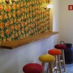 Salão com balcão florido: explosão de cores