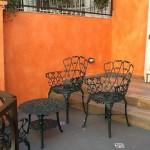 Varanda na entrada: mesas e cadeiras de ferro