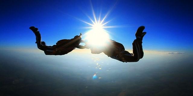 Um salto de paraquedas é o presente ideal para arianos