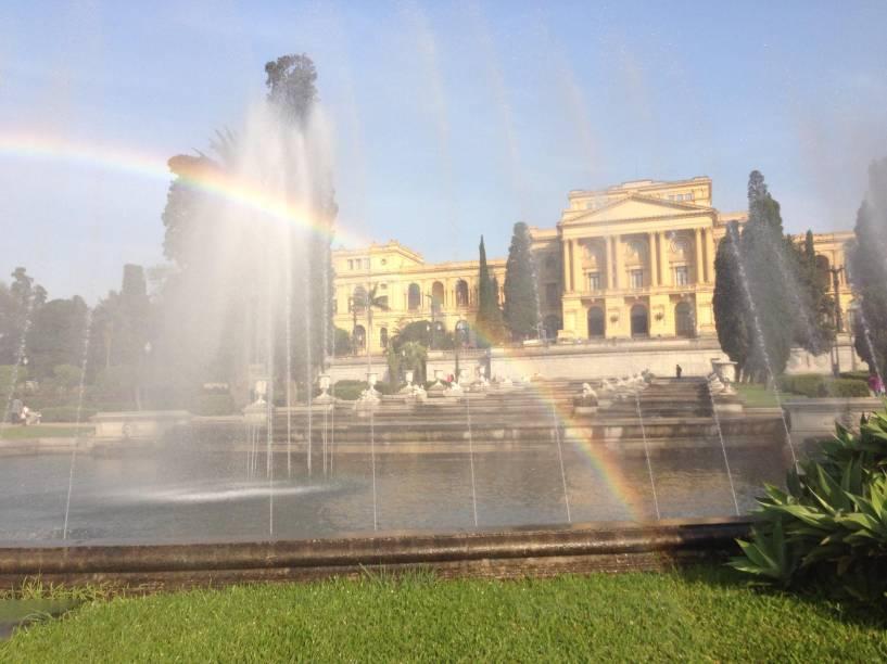 Fontes do Parque da Independência com direito a arco-íris, ao fundo o Museu do Ipiranga