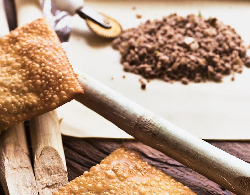 A fritura de carne: massa sequinha e crocante (Foto: Mário Rodrigues)