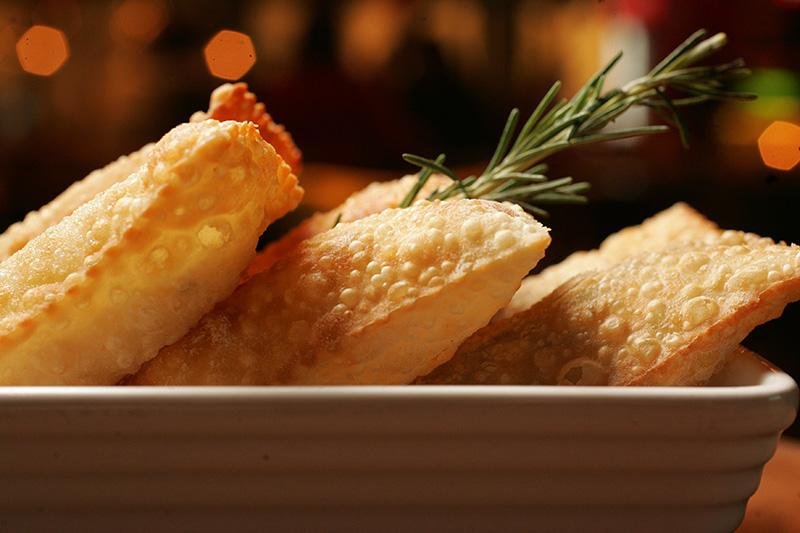 Porção de pastelzinho misto traz sabores de carne, palmito pupunha e queijo gruyère