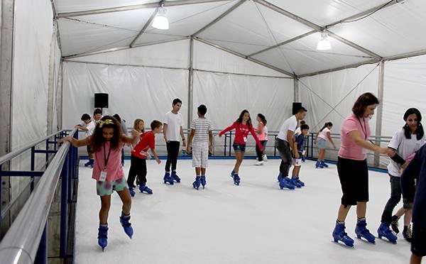 Pista de patinação no gelo na Riviera de São Lourenço